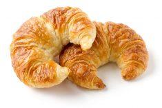 Zwei Buttercroissant auf weißem Grund