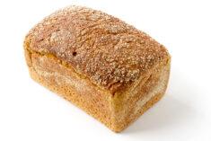 Kamut-Amaranth Brot auf weißem Grund